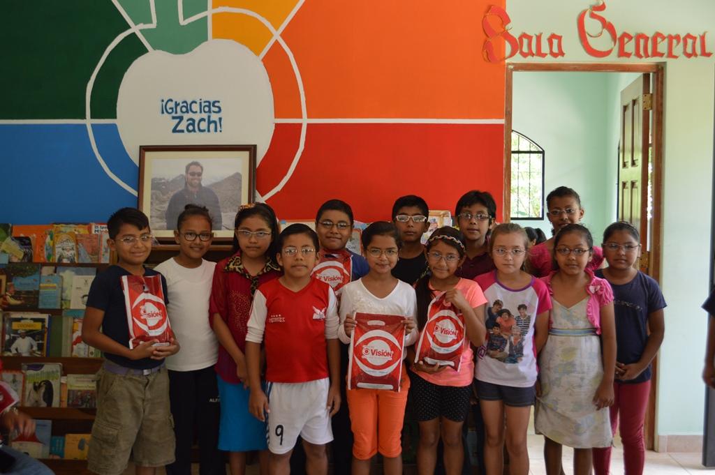 Estudiantes del Centro Educativo en San Juan de Oriente con sus nuevos anteojos.
