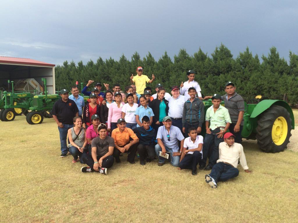 Miembros de SAT y 4-H visitan una finca de algodón en el noroeste de Texas, EEUU.