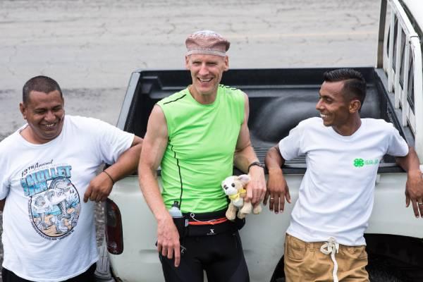 tres hombres sonriendo