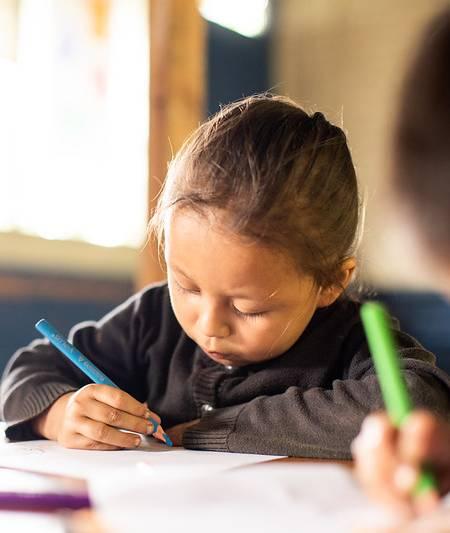 niña de preescolar en el aula