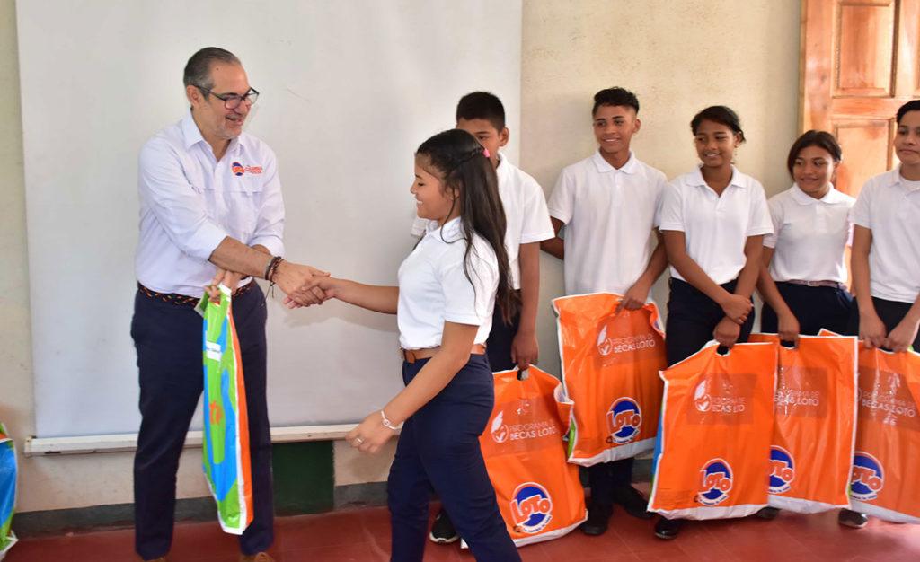 estudiantes recibiendo becas de parte de loto nicaragua